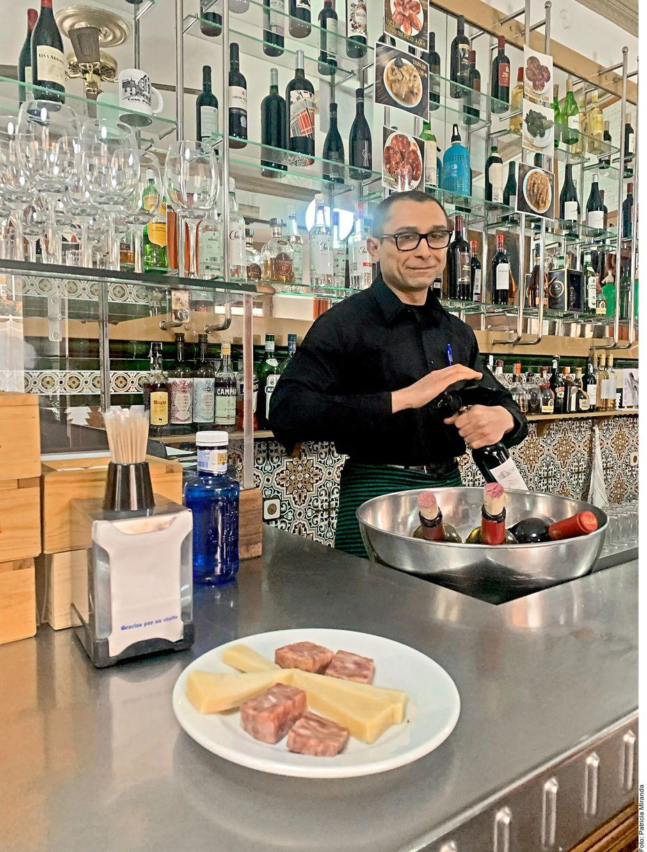 """En Casa Paco, La Latina, en Madrid, España, puedes ordenar un chicharrón, queso y un """"riojita"""". Nada como un estómago lleno para descubir la Ciudad."""