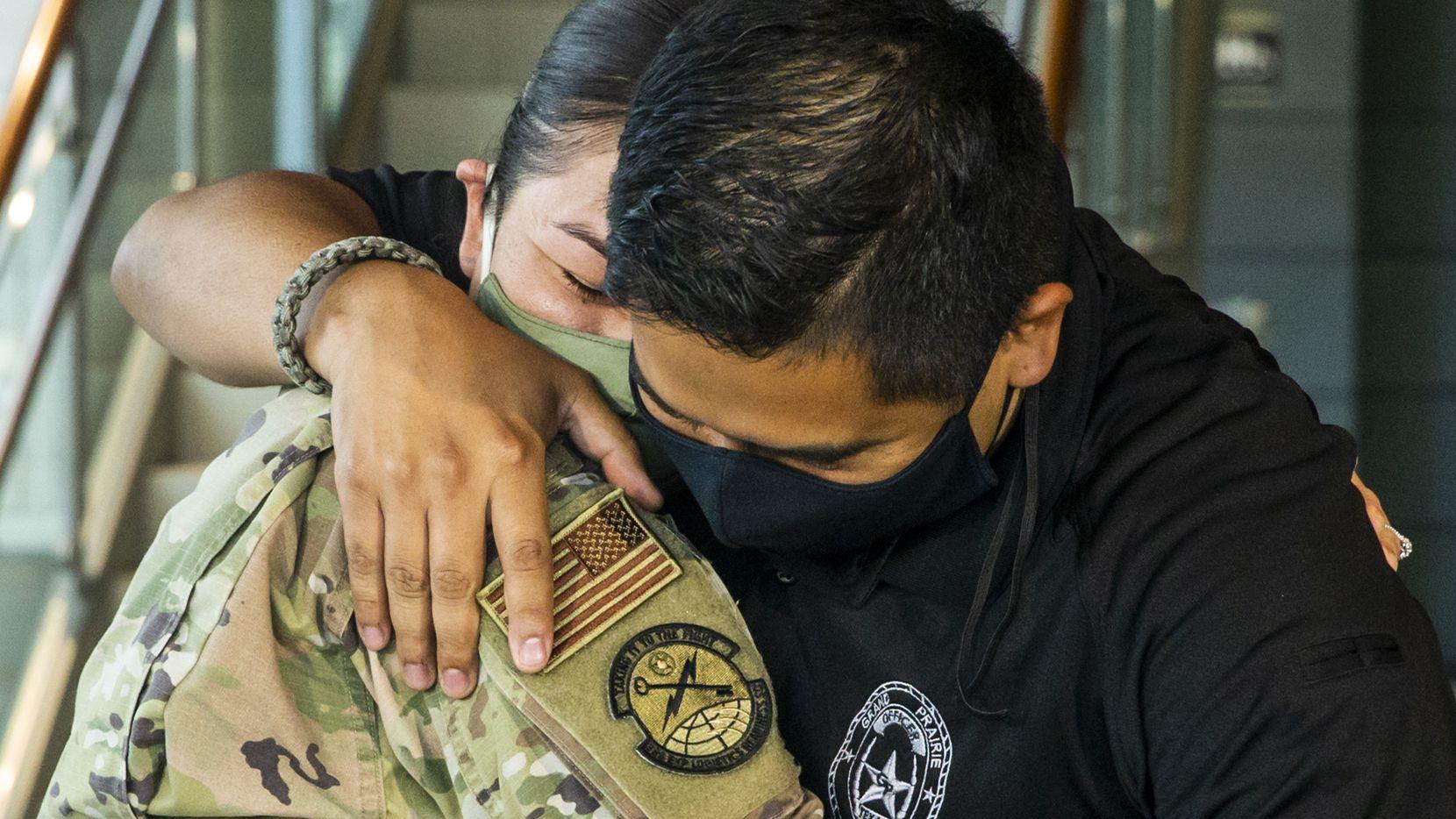 La sargento de la Fuerza Aérea Viviana Molina (izq.) sorprendió a su esposo Edgar Molina, oficial de la policía de Grand Prairie, el miércoles 29 de julio en el cuartel de la corporación policiaca. Viviana Molina regresó luego de haber estado en misión militar en Irak.