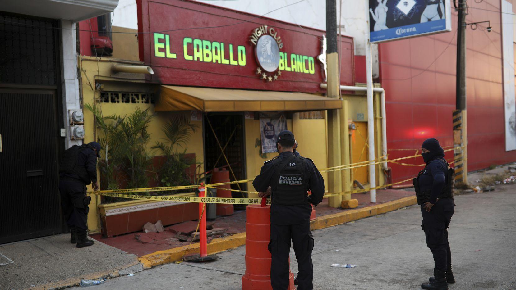 Agentes de policía resguardan el bar donde más de 20 personas murieron en Coatzacoalcos, México.