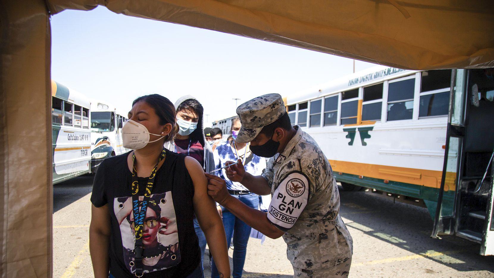 El gobierno de Estados Unidos donó 1.35 millones de vacunas para la población fronteriza de México, pero el gobierno mexicano las envió solo a Baja California, donde se aplicaron casi todas en una semana en jornadas masivas. En la imagen, trabajadores de maquiladoras fueron transportados a los sitios de vacunación para ser inmunizados.