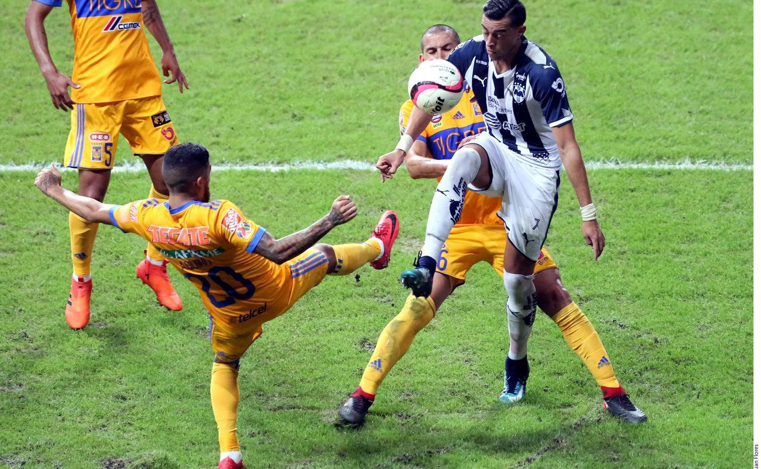 Rogelio Funes Mori (der.) y los Rayados enfrentan a Tigres por primera vez en una final del futbol mexicano.(AGENCIA REFORMA)
