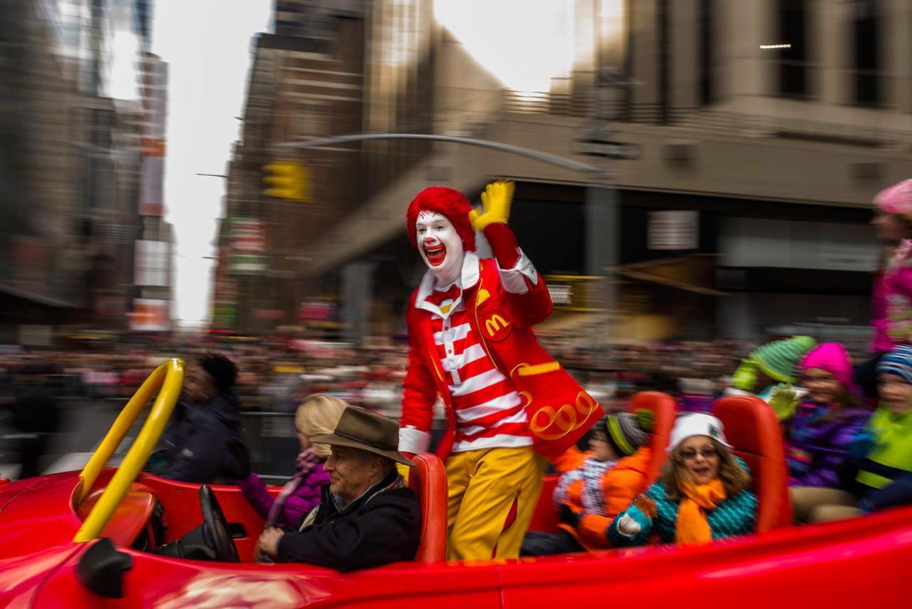Esta foto de archivo del jueves 26 de noviembre del 2015 muestra a Ronald McDonald saludando a la gente durante el Desfile de Macy'spor el Día de Acción de Gracias, en Nueva York.  (Andres Kudacki, Archivo/AP Foto)