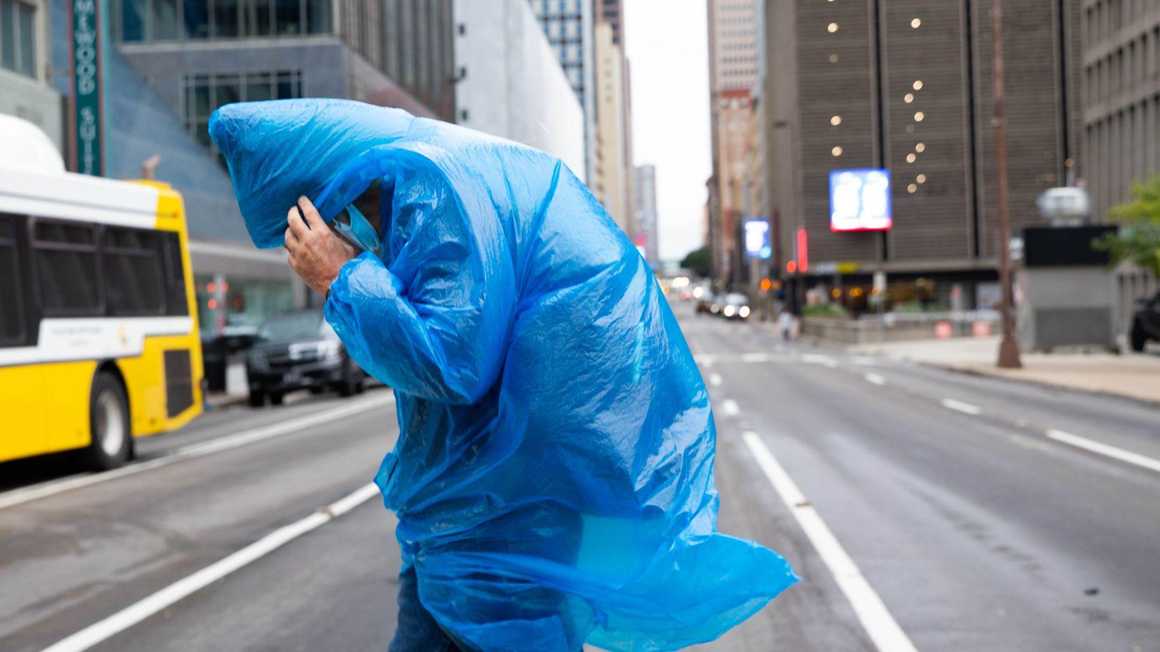 Ken Williams se cubre el rostro mientras camina por las calles del centro de Dallas en una tarde fría el viernes 23 de octubre de 2020.