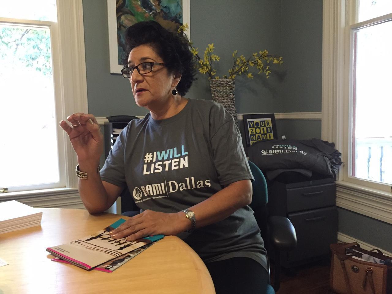 Claudia Smith porta una camiseta con la campaña #IWillListen para que la gente ponga atención a las enfermedades mentales. ( AL DÍA/ANA AZPURUA)
