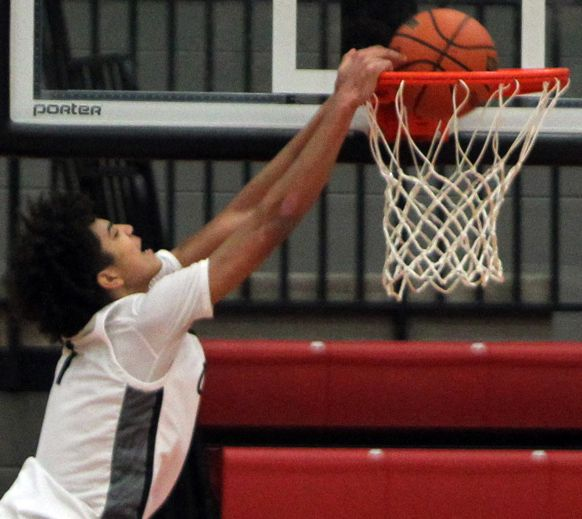 Anthony Black, back when he played for Coppell, skies for a dunk during a game against Highland Park in 2020. (Steve Hamm/ Special Contributor)