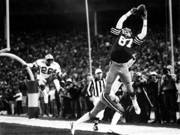 The Catch. El receptor de los 49ers de San Francisco, Dwight Clark, captura el pase de Joe Montana ante los Dallas Cowboys en el juego por el campeonato de la Conferencia Nacional, el 10 de enero de 1982 en el Candlestick Park de San Francisco.