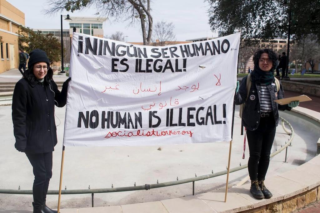 Estudiantes de la universidad de Texas en Denton hacen una manifestación pacífica en contra de la presencia de ICE y CBP en el campus. Foto: Cortesía de Emília Capuchino