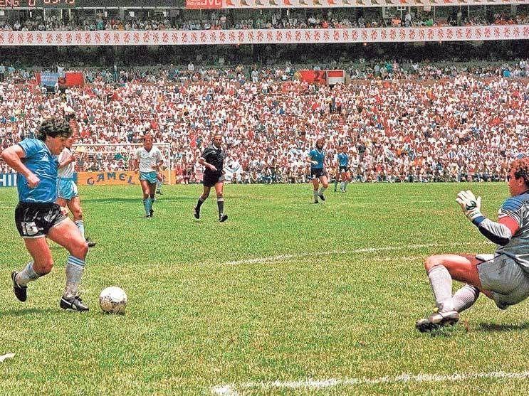 Diego Armando Maradona concreta el mejor gol en la historia de los mundiales al dejar tirados a seis jugadores de Inglaterra en la cancha del Estadio Azteca durante la Copa del Mundo de 1986 efectuada en México.