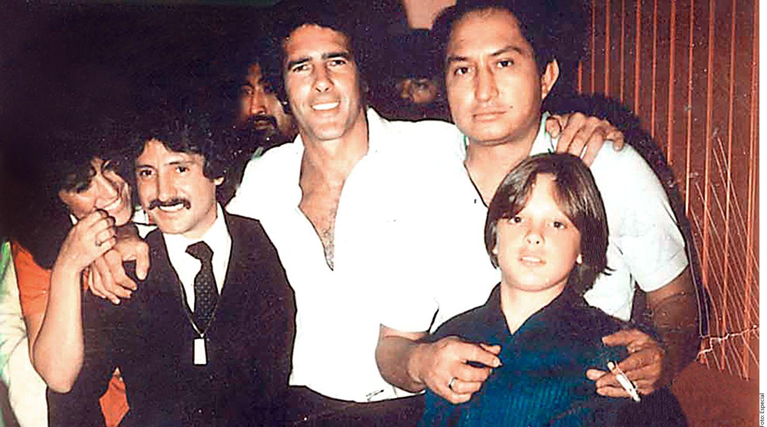 Luis Rey (de traje) y Andrés García (centro) eran amigos cuando Luismi (der., al frente) era niño. AGENCIA REFORMA