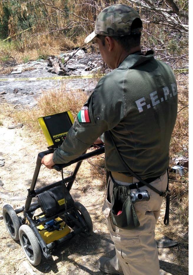 En esta foto de archivo un agente federal pasa una máquina sobre un terreno en busca de restos óseos en el estado de Tamaulipas. El hallazgo de huesos humanos se ha vuelto común en México
