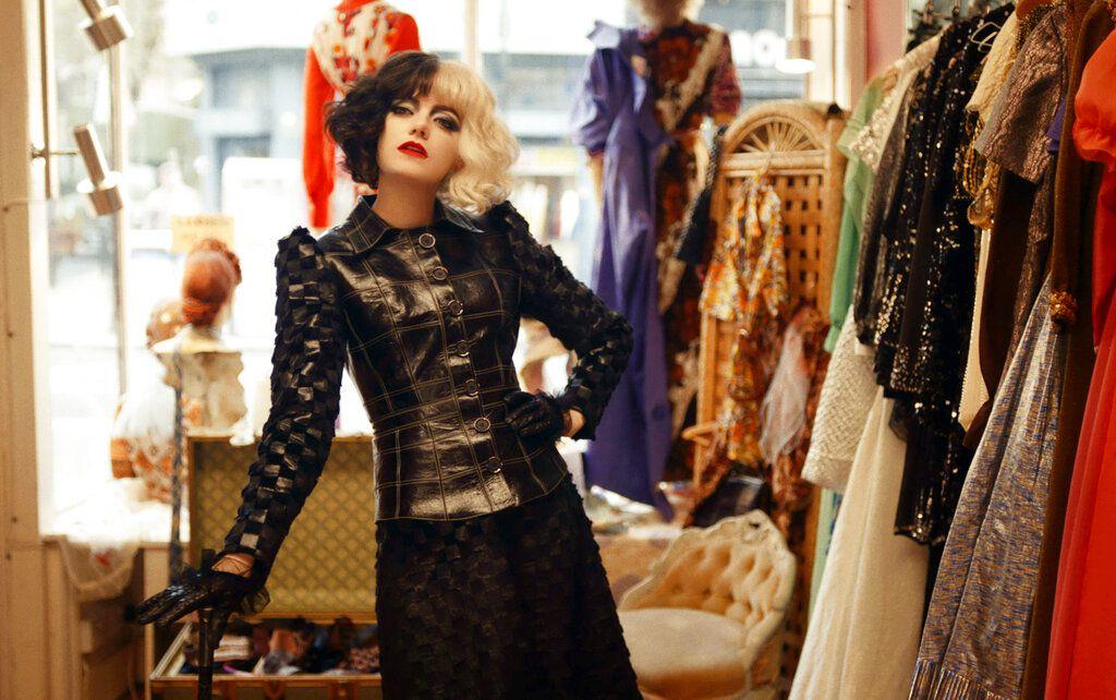 """En esta imagen difundida por Disney, Emma Stone en una escena de """"Cruella"""". (Disney vía AP)"""
