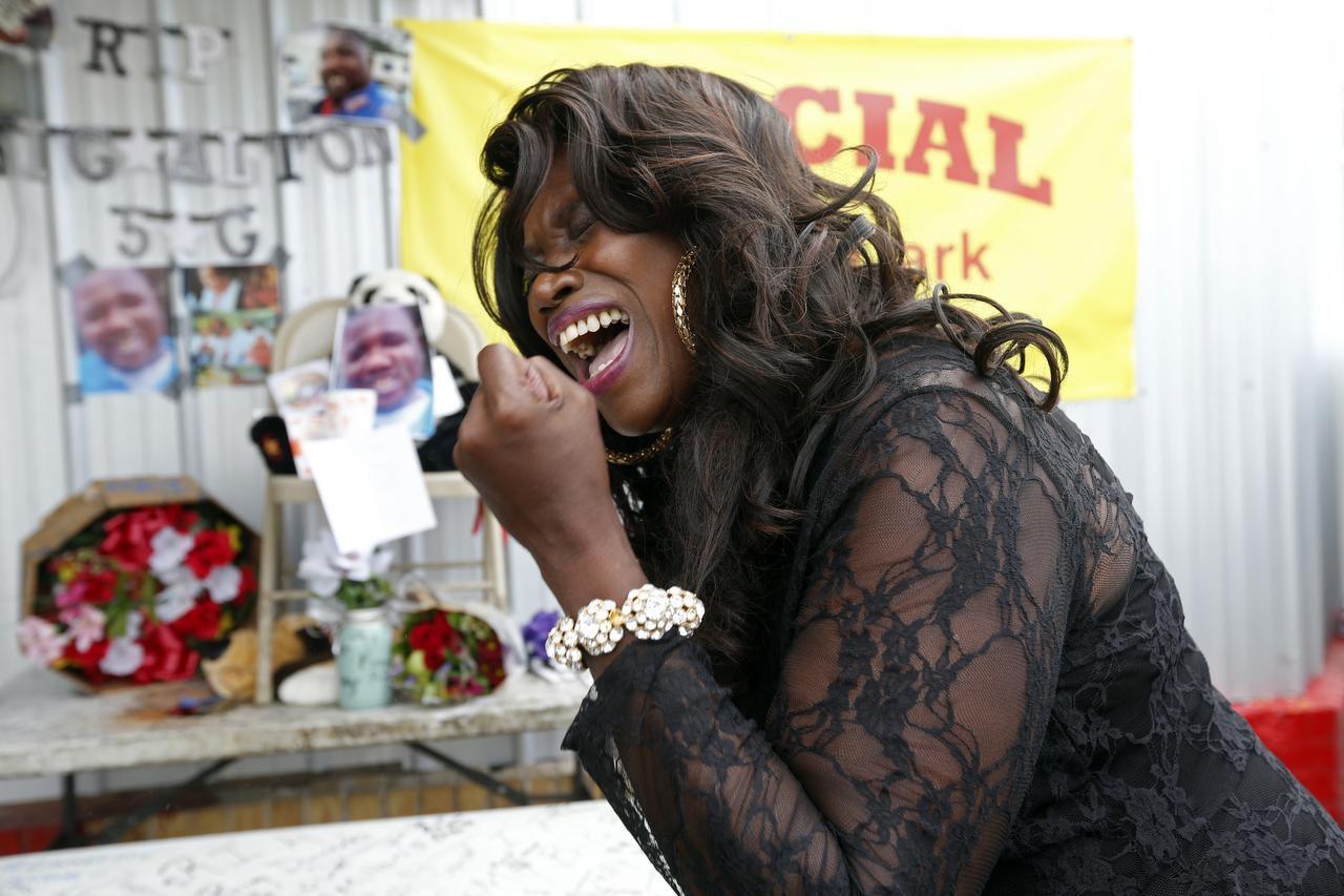Stephanie McDee canta en protesta por la muerte de Alton Sterling, afuera de una tienda en Baton Rouge, Louisiana. Sterling fue baleado por la policía de Baton Rouge afuera de la tienda, donde vendía discos compactos. (AP/GERALD HERBERT)