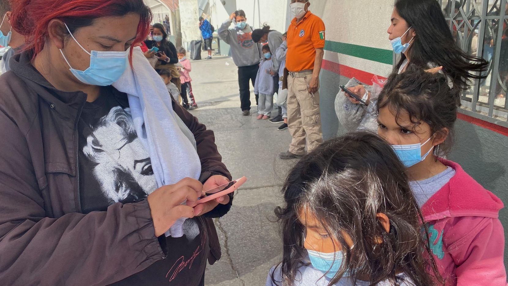 Familias que fueron detenidas por autoridades migratorias en el Sur de Texas y luego enviados a El Paso para ser deportadas a México, intentan llamar a uno de los coyotes que les ayudó a llegar a la frontera con Estados Unidos.