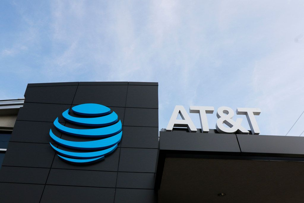 AT&T store located at 3329 Oak Lawn Ave in Dallas.