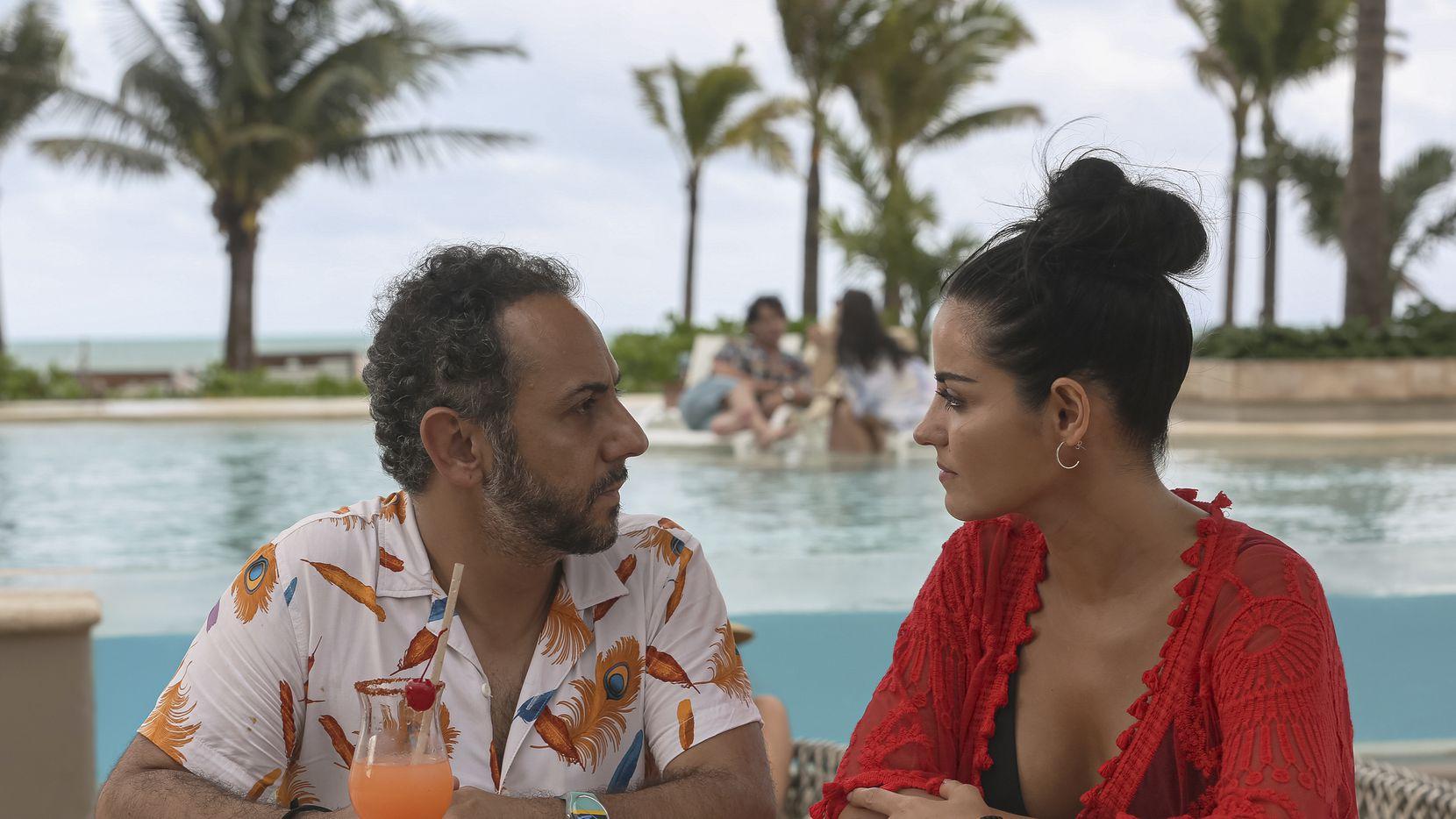 """Humberto Busto, izquierda, y Maite Perroni en una escena de """"El juego de las llaves,"""" que estrenó su segunda temporada el 16 de septiembre, en una imagen proporcionada por Amazon Prime Video. (Amazon Prime Video via AP)"""