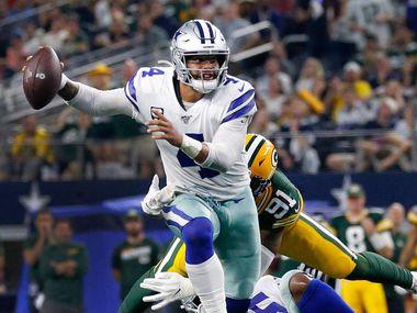El mariscal de los Dallas Cowboys, Dak Prescott (4), trata de lanzar un pase en el juego contra los Packers de Green Bay, el 6 de octubre de 2019 en el AT&T Stadium de Arlington.