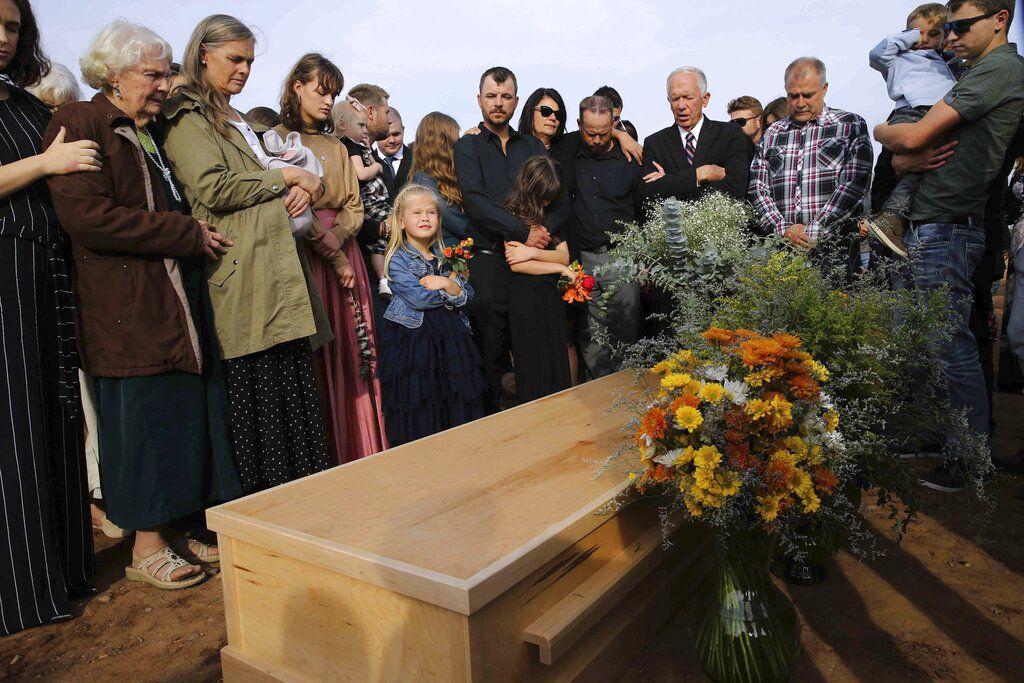 Amigos y familiares acuden al entierro de Christina Langford Johnson, la última víctima de una emboscada de un cártel del narcotráfico en la que murieron nueve mujeres y niños de doble nacionalidad mexicana-estadounidense, el sábado 9 de noviembre de 2019, en Colonia LeBarón, México.