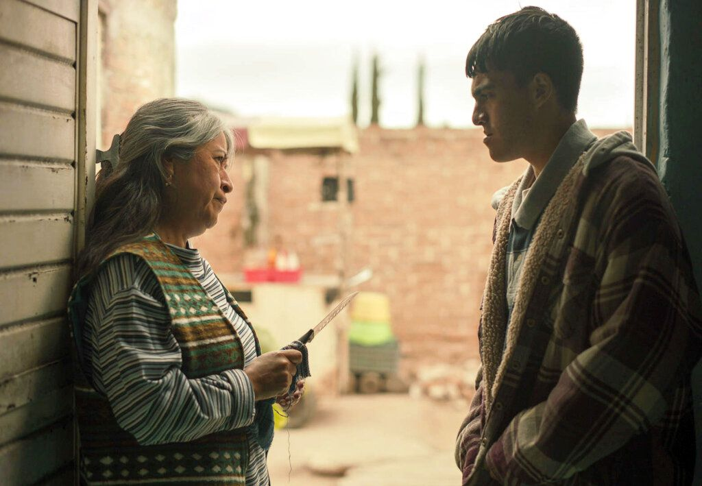 """En esta imagen proporcionada por Netflix Mercedes Hernández, izquierda, y Jesús Sida en una escena de """"Somos."""" sobre una masacre ocurrida en México en  2011."""