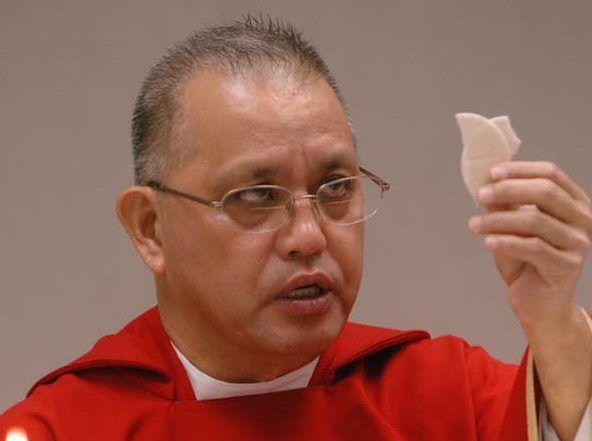 El padre Edmundo Paredes ha sido acusado de abusar a tres jóvenes. El prelado habría fugado a las Filipinas. DMN
