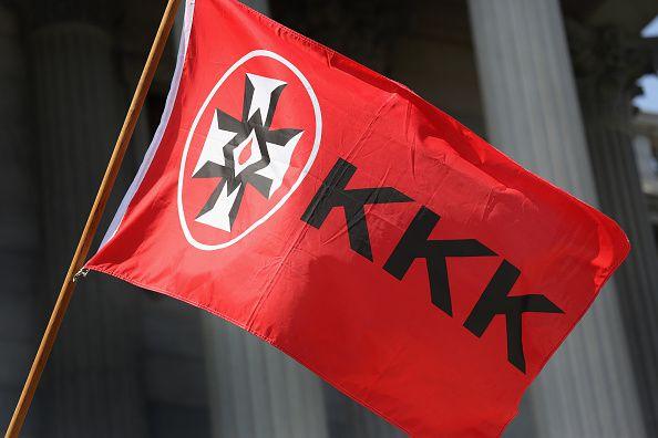 Una bandera del  Ku Klux Klan en South Carolina. Fotos GETTY IMAGES y AP