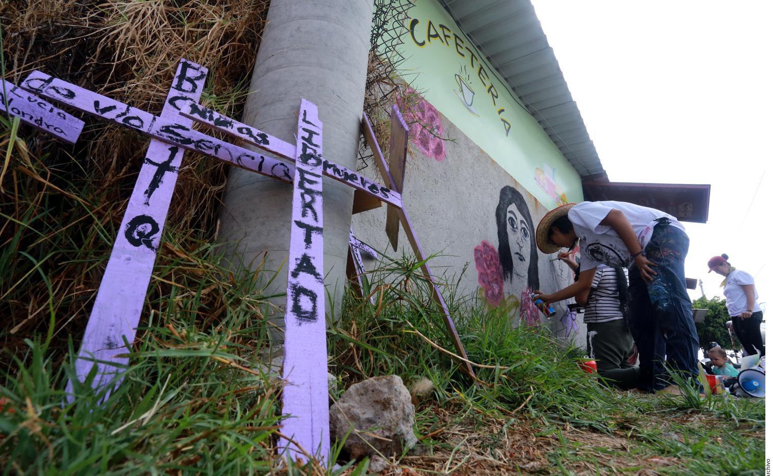 Cruces marcan el lugar donde fueron asesinadas dos mujeres en México.(AGENCIA REFORMA)