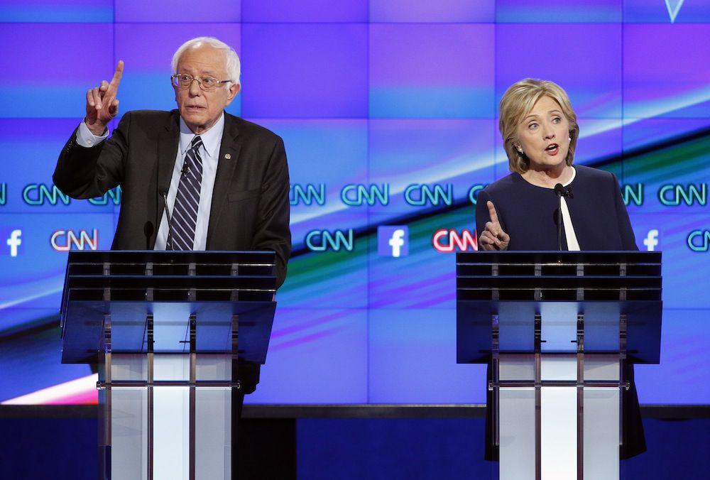 El senador de Vermont, Bernie Sanders, y la exsecretaria de Estado Hillary Clinton, durante el debate de la noche del martes.