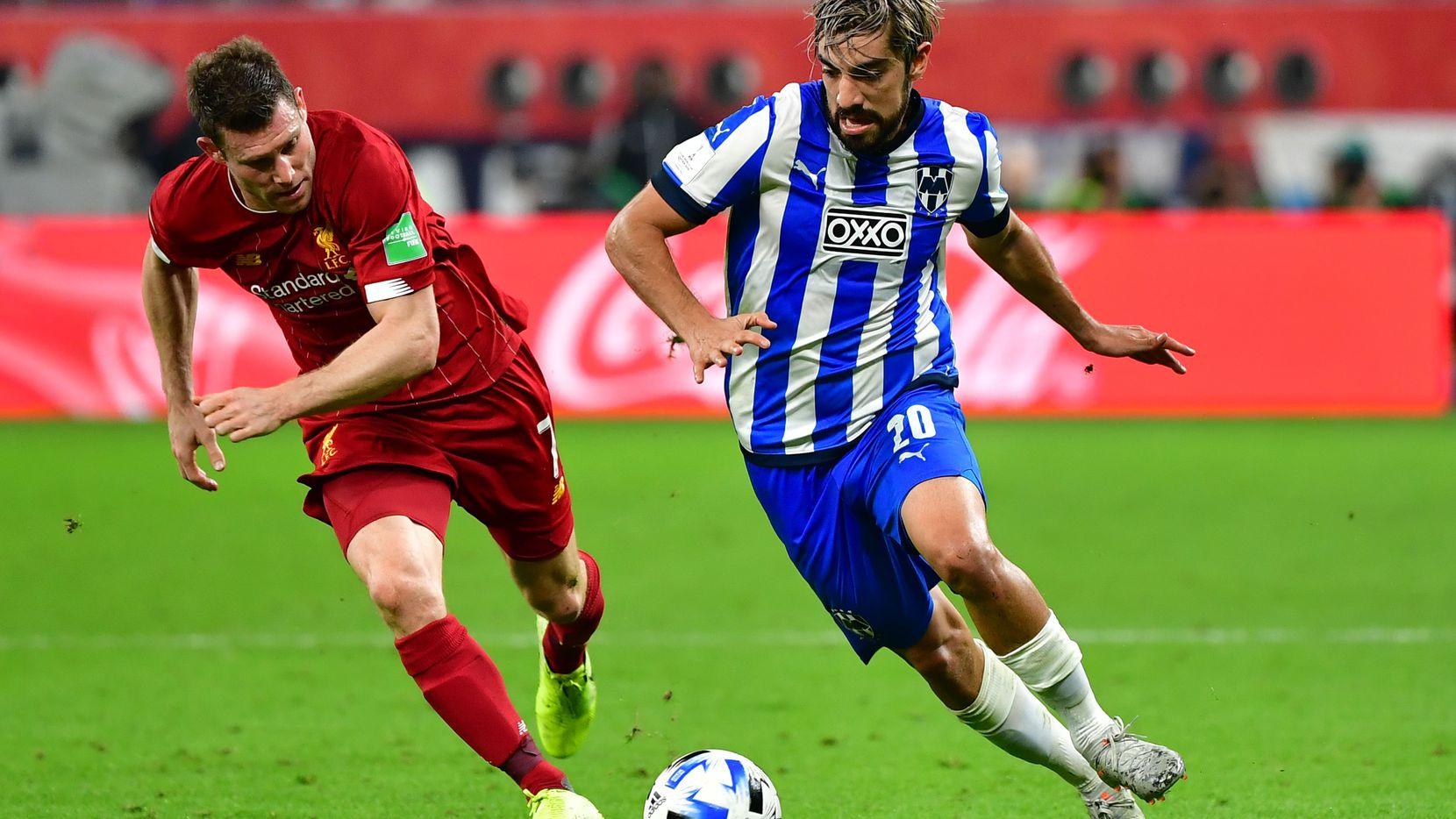 Rodolfo Pizarro (der.) pelea por el balón con James Milner en el juego entre Rayados de Monterrey y Liverpool el miércoles durante el 2019 FIFA Club World Cup en Qatar.