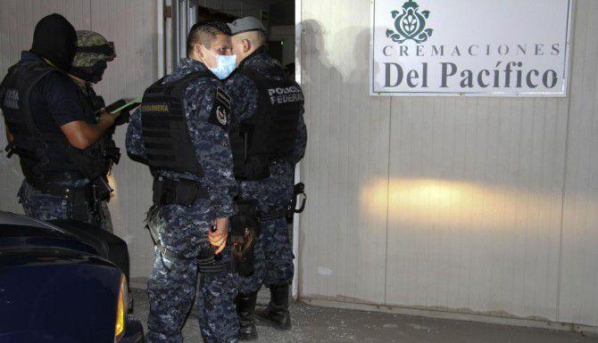 Policías investigan el descubrimiento de al menos 60 cuerpos en un crematorio abandonado en Acapulco, Guerrero. (AP/Bernandino Hernández)