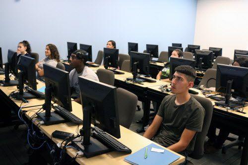 Un grupo de estudiantes recién ingresados a El Centro College – West Campus atienden una clase de orientación, el jueves 2 de agosto 2018. (Por JAVIER GIRIBET/AL DÍA)