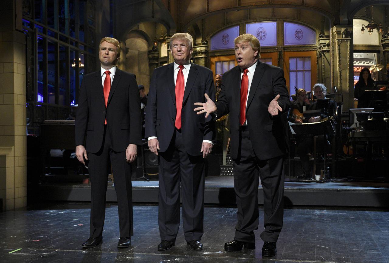"Taran Killam (izq.) y Darrell Hammond (der.), imitan a Donald Trump (centro) en ""Saturday Night Live"". ) (AP/DANA EDELSON)"