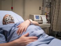 Estadísticas de los CDC señalan que una de cada cinco mujeres embarazadas y con covid-19 fue hospitalizada, mientras que en el caso de personas no embarazadas la proporción fue de una en 14.