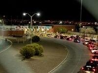 La frontera entre Estados Unidos y México permanecerá cerrada para visitantes no esenciales y turistas hasta el 21 de octubre del 2021. Con esta nueva fecha, el cierre parcial de la frontera terrestre cumplirá 19 meses desde su inicio, el 21 de marzo del 2020.