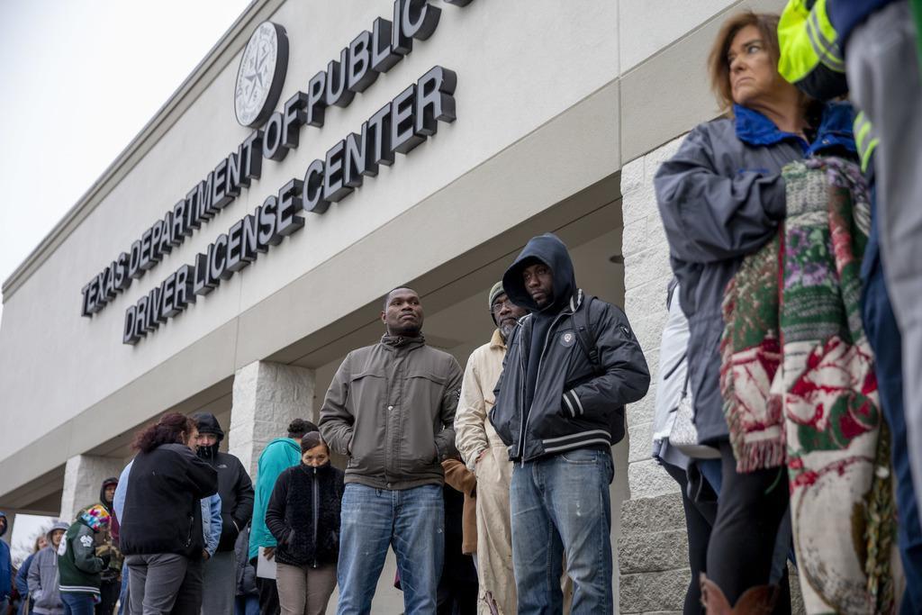 Las filas y las horas  de espera son cada vez más comunes el centro de procesamiento en Garland. La Legislatura tiene proyectos de ley entre manos, pero no hay acuerdos. (DMN/SHABAN ATHUMAN)