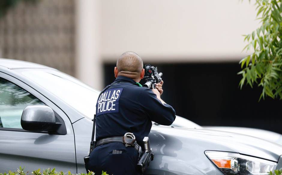Un agente resguarda la entrada al cuartel de la policía en Dallas.