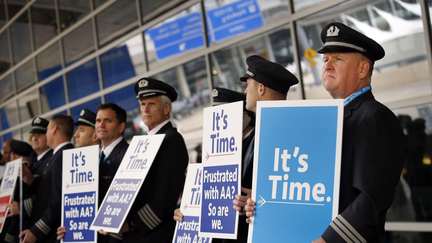 American Airlines first officer Ken Abernathy (right) joined pilots representing the Allied Pilots Association (APA) in rallying for a new contract.  They expected 300, but may more than that showed as they stood shoulder-to-shoulder with pickets outside Terminal D at Dallas-Fort Worth International Airport, Wednesday, January 29, 2020. They want American to improve scheduling, company transparency and accountability, and quality of work life. (Tom Fox/The Dallas Morning News)