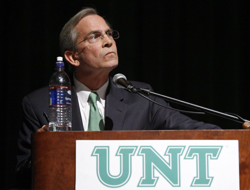 UNT Chancellor Lee Jackson addresses faculty members in 2010.     (Fort Worth Star-Telegram/Ron T. Ennis)