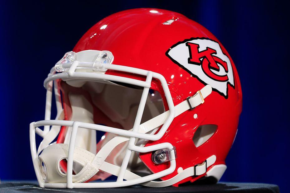 El casco de los Chiefs de Kansas City tiene una punta de flecha como su logotipo principal.