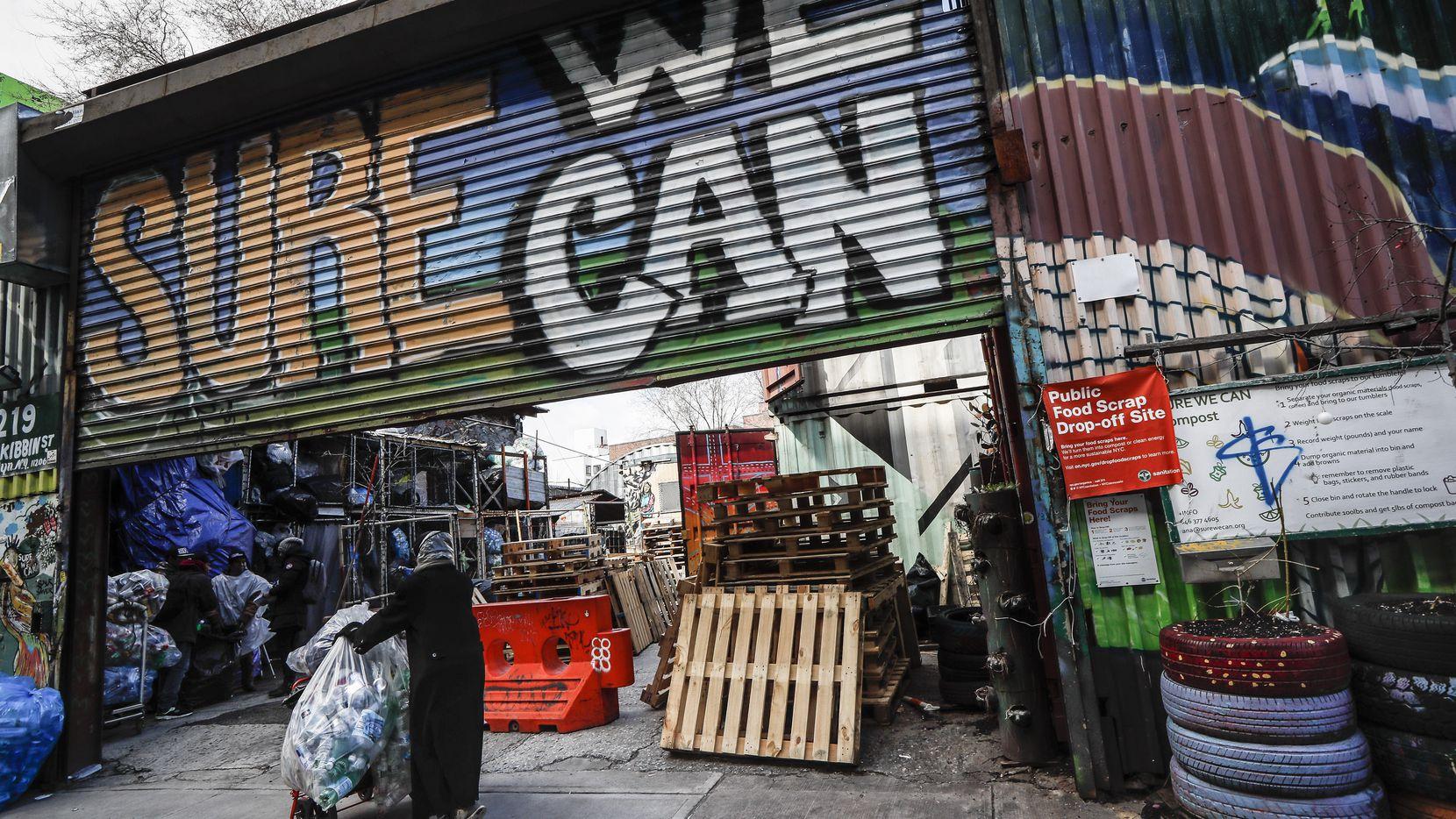 """Una """"latera"""" llega con su cargamento de botellas de plástico a Sure We Can, un centro de recepción sin ánimo de lucro en Brooklyn, el jueves 27 de febrero de 2020. (AP Foto/John Minchillo)"""