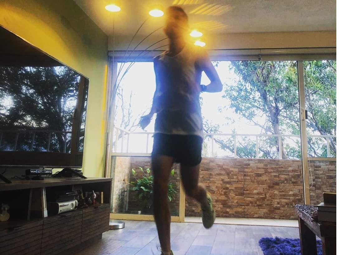 Juan Carlos Blanco corrió un maratón completo en la sala de su casa en Ciudad de México.
