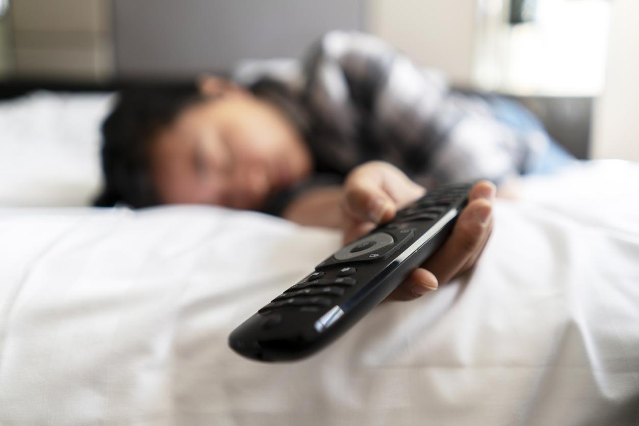Una joven se queda dormida con la televisión encendida.(GETTY IMAGES)