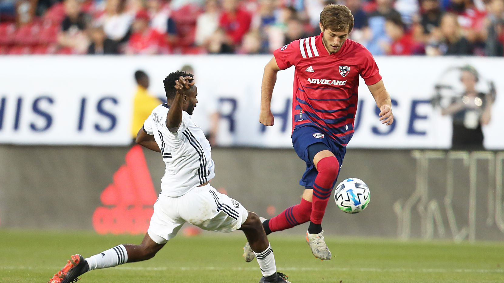 El jugador del FC Dallas, Tanner Tessmann (der), se quita a un rival del Union de Filadelfia durante el juego disputado en el Toyota Stadium de Frisco, el 29 de febrero de 2020.