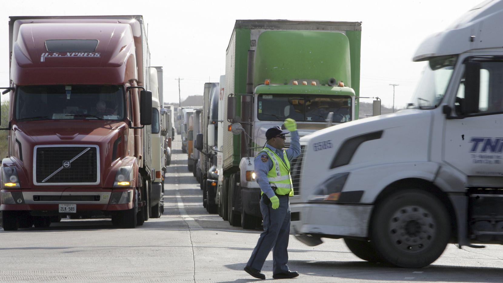Las ciudades de Eagle Pass y Piedras Negras pusieron en marcha un plan piloto para abrir la frontera comercial durante los domingos de junio. El paso para turistas de México hacia Estados Unidos continúa cerrado por la frontera terrestre.