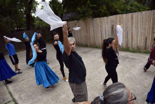 El grupo Raíces Argentinas practicó todos los días bajo la supervisión de La Tropilla Malambo en una casa en Irving. Foto BEN TORRES/Especial para AL DÍA