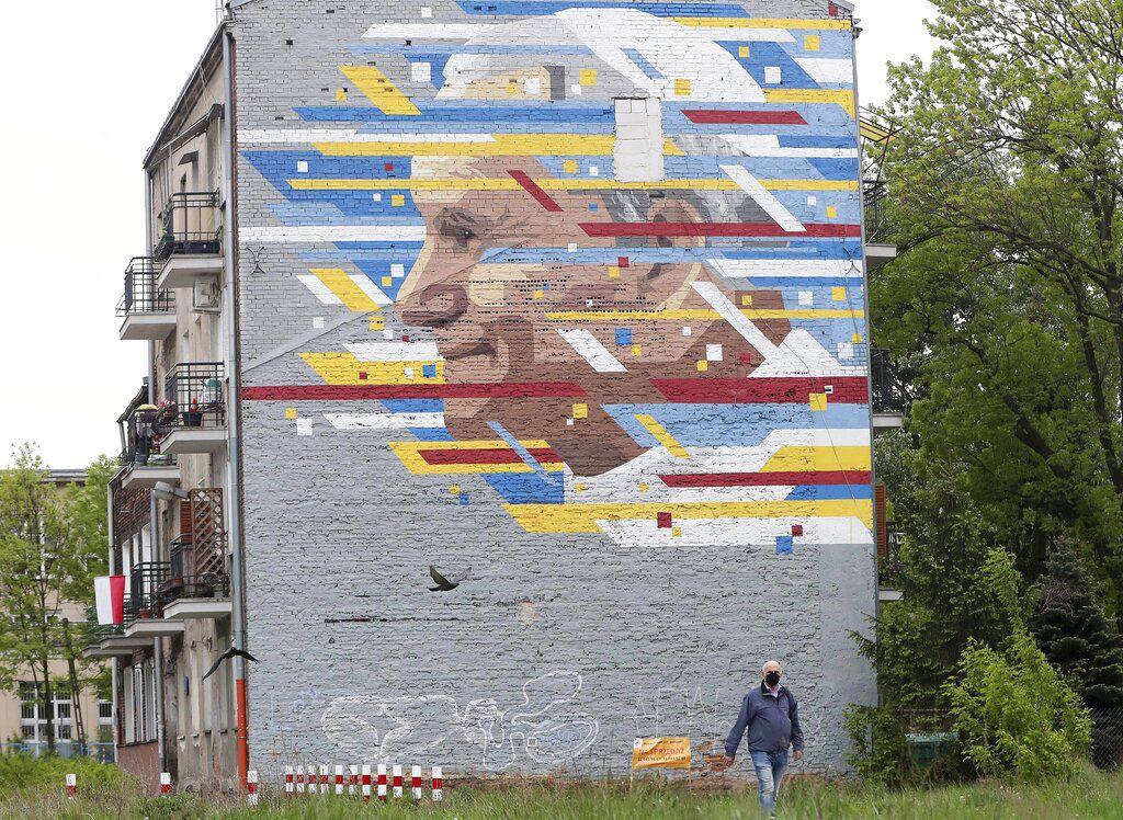 Un mural con la imagen de Juan Pablo II en Varsovia, Polonia.