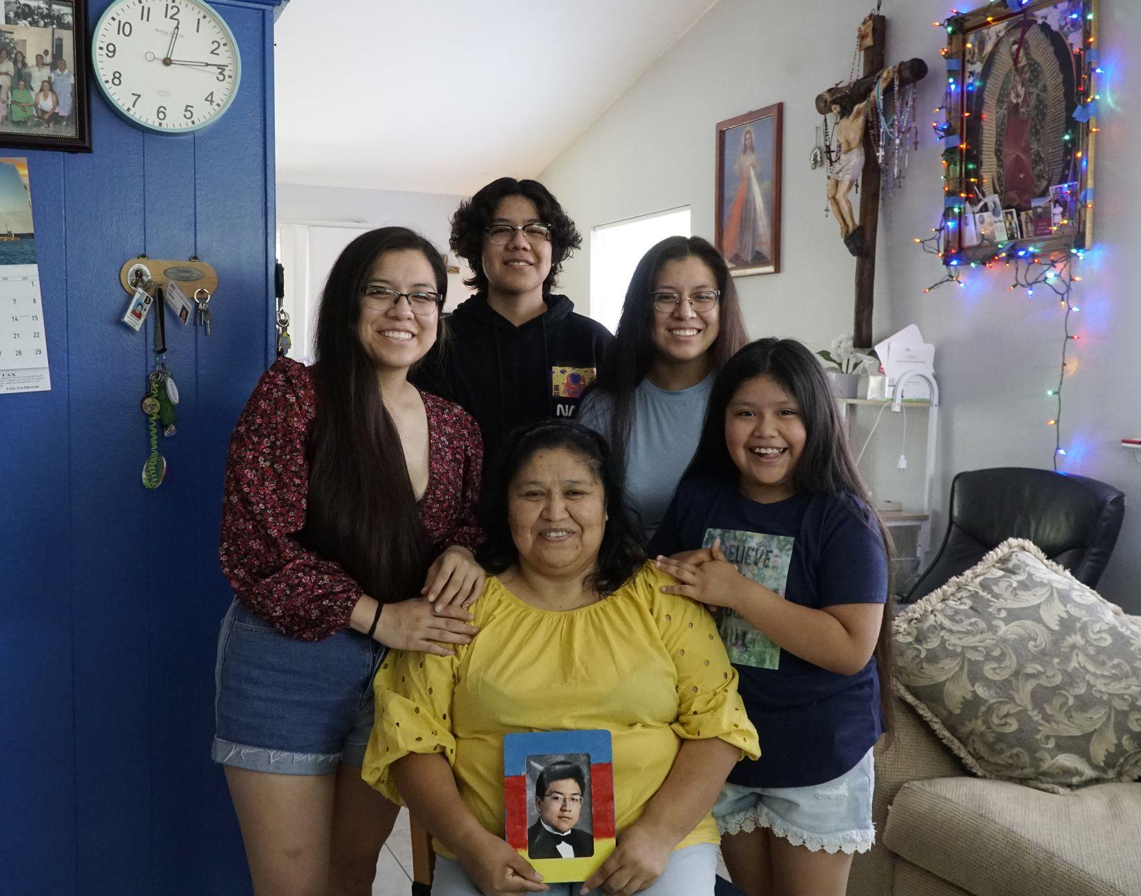 Susana García con sus hijos Estrella (21), Baltazar (16), Lucero (21) y Susana (8). García sostiene una fotografía de su hijo Oziel, quien fue asesinado el 4 de julio del 2017 y por quien se inspiró para hacer su trabajo comunitario.