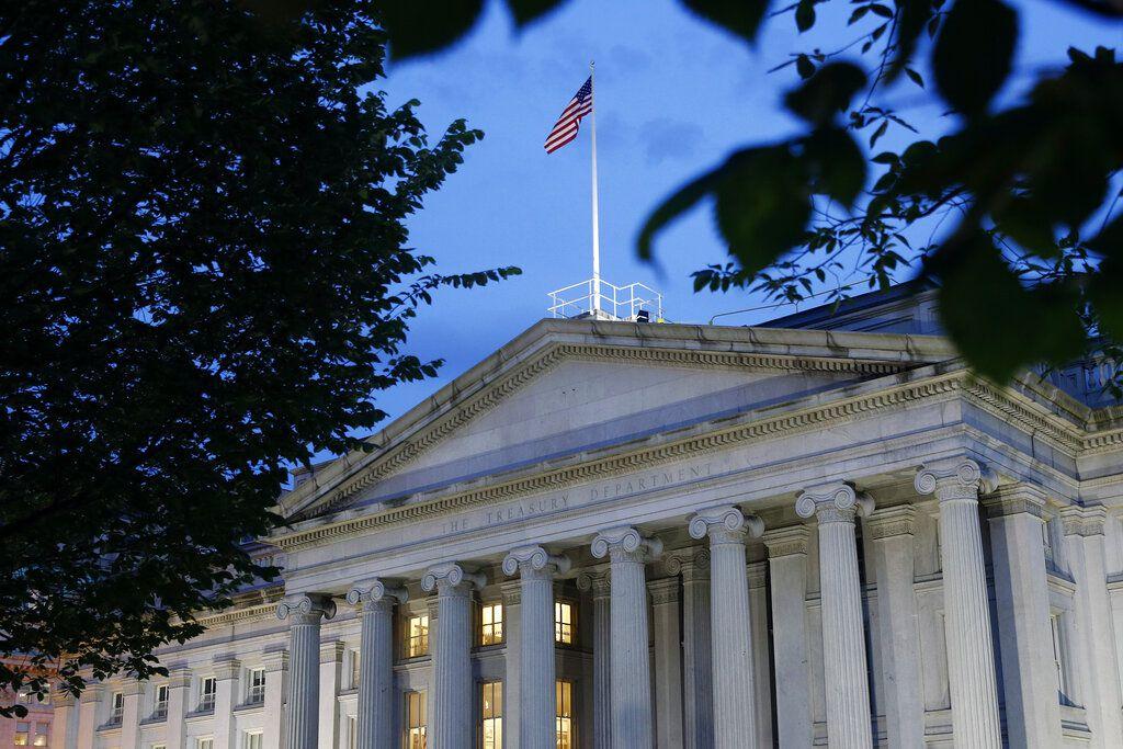 En esta imagen del jueves 6 de junio de 2019, se ve el edificio del Departamento del Tesoro de Estados Unidos al atardecer, en Washington.