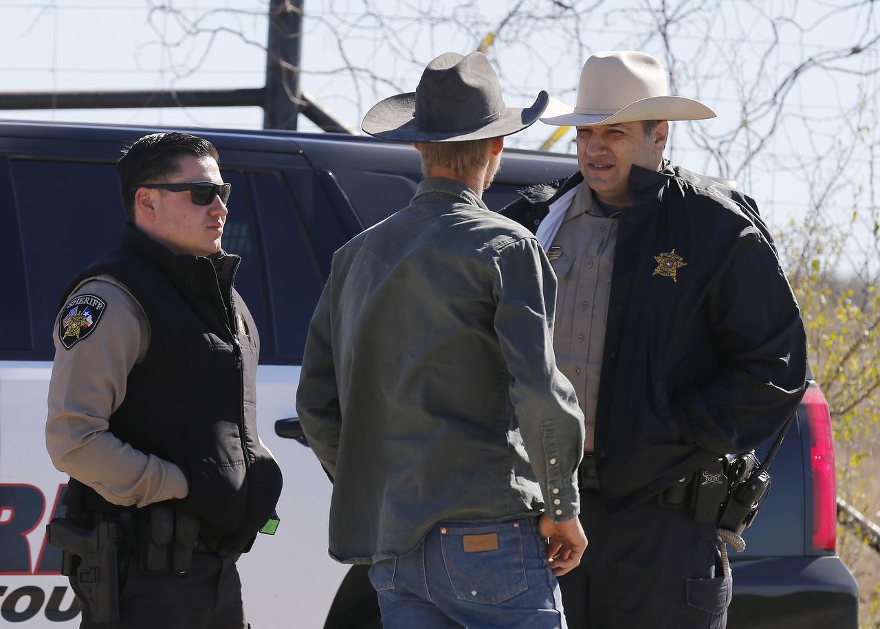 Agentes del Sheriff del condado de Uvalde bloquean el ingreso a un vecindario luego de una matanza el fin de semana (AP/KIN MAN HUI)