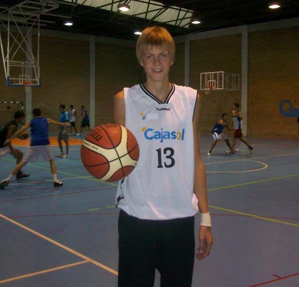 Kristaps Porzingis, aquí en una fotografía de 2010, era casi un niño cuando abandonó su hogar en Letonia para llegar al Club Baloncesto Sevilla. Cortesía/Juan Manuel Pino.
