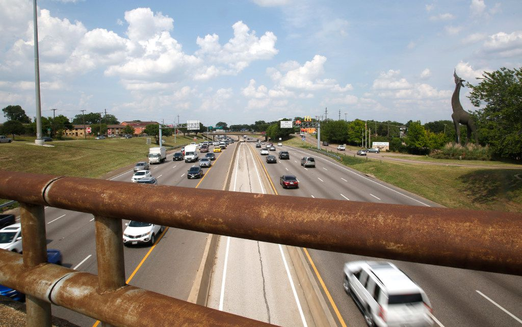 Northhbound I-35E traffic is seen from the Marsalis Avenue overpass near the Dallas Zoo in Dallas Wednesday, May 31, 2017. One of the plans for the proposed deck park would span from Marsalis to Ewing Avenue, the next overpass to the north. (Guy Reynolds/The Dallas Morning News)