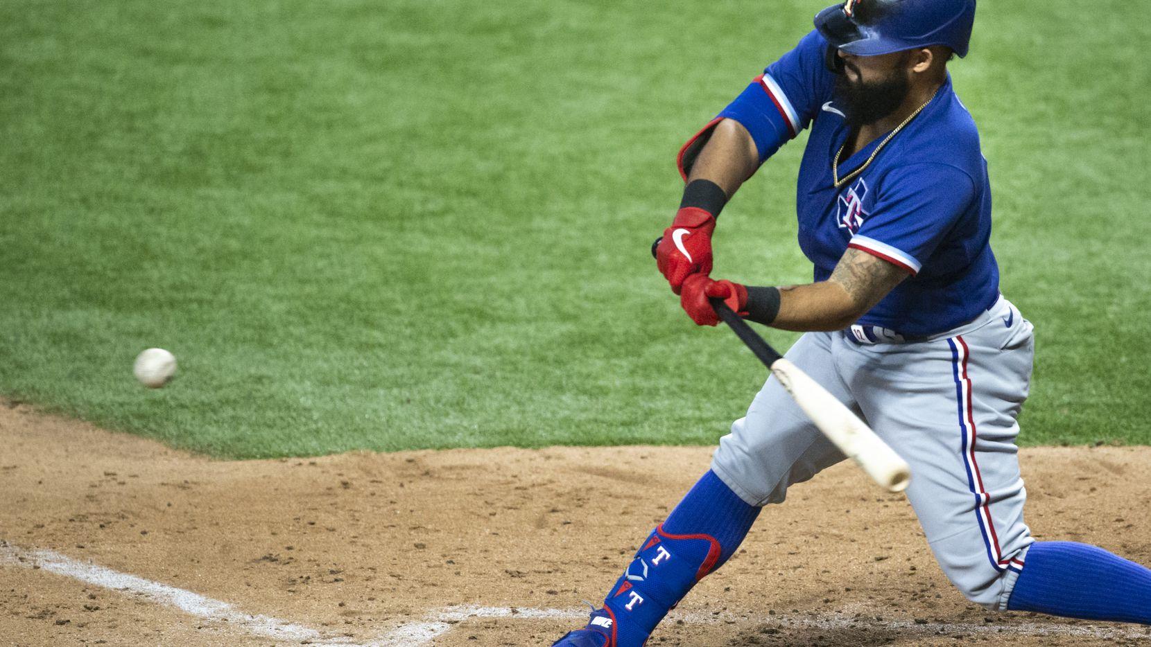 El jugador de los Texas Rangers, Rougned Odor, conecta un lanzamiento durante un juego interescuadras realizado en el Globe Life Field, el 19 de julio de 2020.
